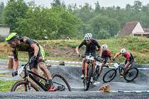 O tituly krajských šampionů si to jezdci na horských kolech   rozdají při závodě ve Stupně, kterého se pravidelně zúčastňují i nejlepší čeští bikeři včetně Ondřeje Cinka či vítěze loňského ročníku Martina Stoška (na snímku druhý zleva).