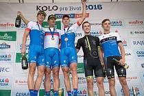 Jan Rajchart (uprostřed) si  společně se stříbrným Matoušem Ulmanem a  vítězem Pavlem Boudným (zleva) užívají týmový triumf na Plzeňské 50 MTB