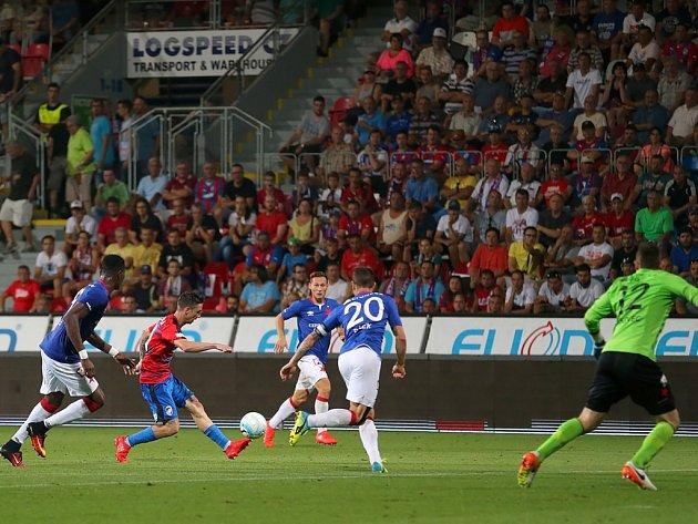 Milan Petržela si jako blesk naběhl mezi obránce Slavie, všiml si, že brankář Berkovec je daleko z branky, a vzápětí posílá obloučkem míč do sítě. Petrželův vyrovnávací gól nastartoval obrat, po kterém nakonec Viktoria porazila Slavii 3:1