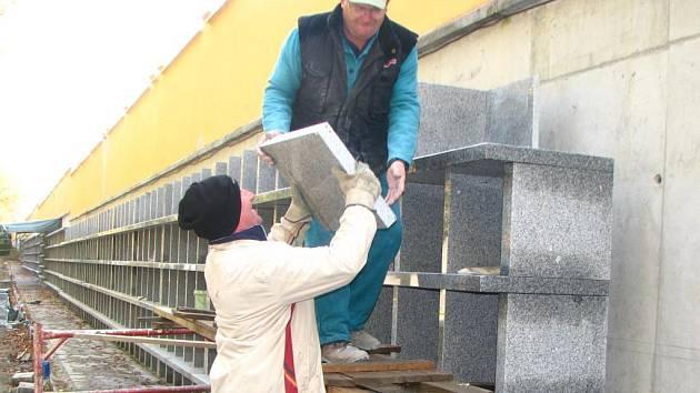 Pracovníci stavební firmy dokončují další schránku v nově budovaném kolumbáriu na Ústředním hřbitově v Plzni. Kolumbárium ze žuly bude mít tisíc schránek. Stojí podél zdi s Rokycanskou třídou asi sto metrů od hlavního vstupu na hřbitov
