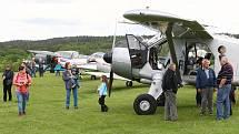 Amatérští piloti z několika spolků si společným přeletem obce Malesice na Plzeňsku připomněli 110 let od prvního veřejného letu na našem území. Startovali z letiště Aeroklubu Letkov.