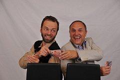Lukáš Langmajer s Pavlem Kikinčukem v představení Šílený prachy, které uvádí plzeňské Divadlo Pluto.