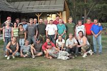 Členové sdružení přátel malé kopané před nedokončenou stavbou pergoly