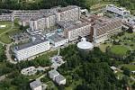 Letecký snímek Fakultní nemocnice v Plzni na Lochotíně.