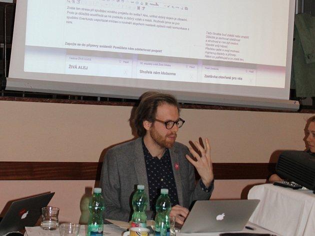 Ondřej Kašpárek vysvětluje, jak fungují webové stránky www.everfund.cz, na nichž je možné žádat o podporu na projekty z  oblastí kultury, kreativních odvětví a sociálního podnikání