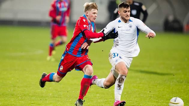 Záložník Pavel Šulc marně nahání v minulém ligovém zápase libereckého Matěje Chaluše.