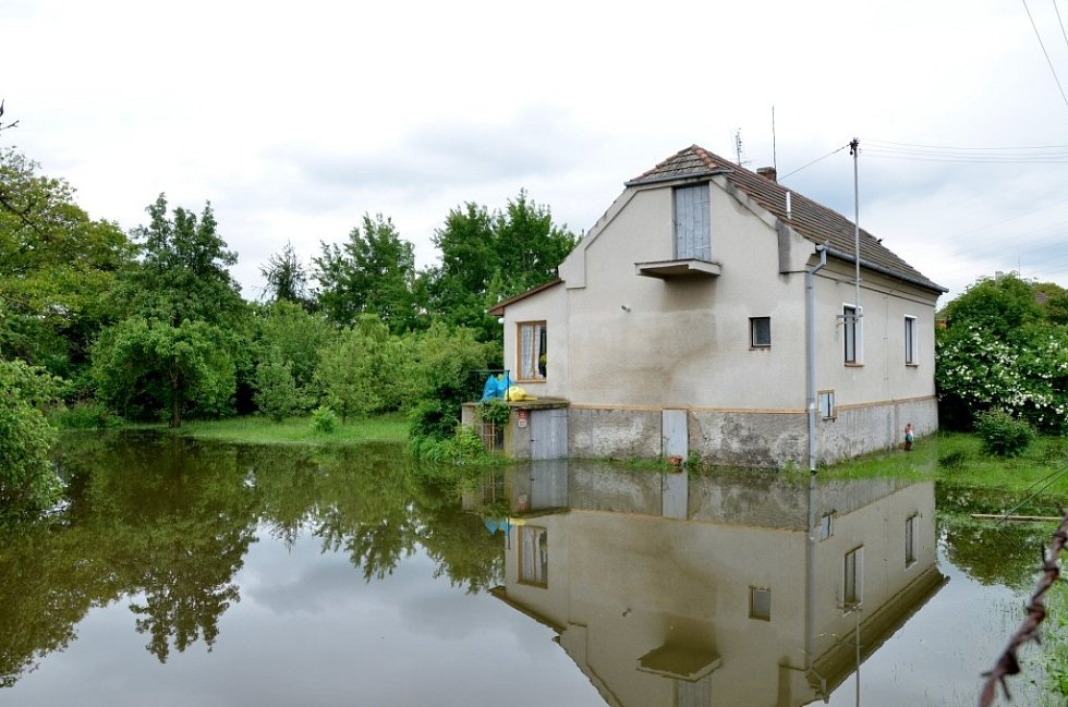Povodeň v Plzni v Luční ulici. Některé domy zůstaly po evakuaci prázdné, ulice je uzavřena a hlídá ji policie