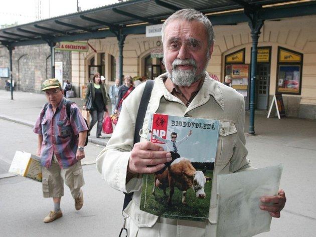 Miroslav Křivanec prodává časopis Nový prostor před Hlavním nádražím téměř každý den již pátým rokem. Za rok by měl jít do důchodu, důchodové pojištění si ale neplatí
