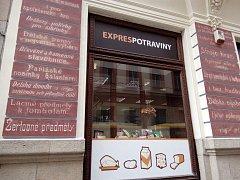 Restaurátor Libor Žižka oživil staré krámské nápisy na domě v Solní ulici č. 17 v Plzni.