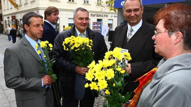 Ve sředu jste mohli U branky potkat kandidáta do senátu Zdeňka Rokytu, kterého přijeli podpořit i čelní představitelé ODS Pavel Bém a Petr Bendl