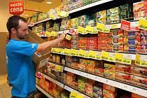 Levzné zboží v akci mizí z regálů obchodů raketovým tempem. Někdy prodavači ani nestíhají zboží doplňovat