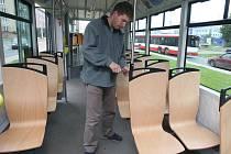 Dřevěné sedačky v tramvaji ukazuje technik Michal Kouba