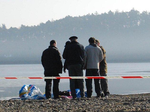 Část břehu na němž se nacházel zničený gumový člun, policisté zabezpečili.