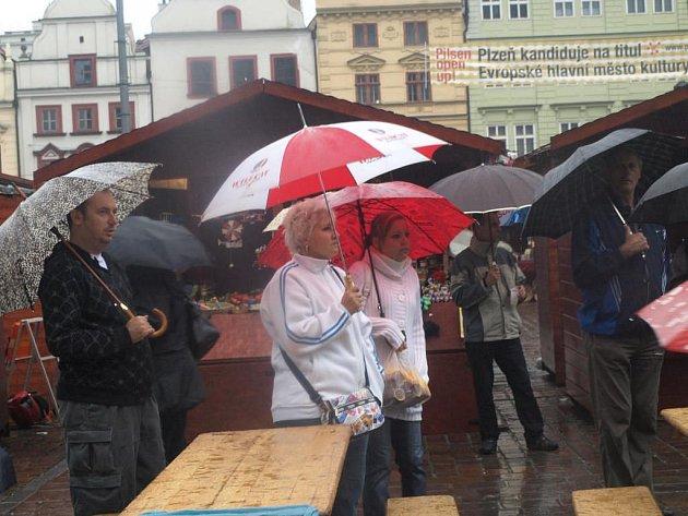 Téměř celou sobotu pršelo. Přesto na Plzeňské vinobraní přišla řada lidí