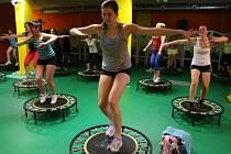Trampolínky nabízejí cvičení, které šetří klouby a zapojuje všechny svalové skupiny.