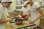 Vánoční cukroví už od listopadu pečou i budoucí cukráři a cukrářky z Hotelové školy v Plzni