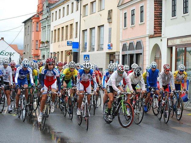 """Do poslední páté etapy ,,Bohemské"""" cyklistické Junior Tour odstartovali závodníci za nepříznivého deštivého počasí z blovického náměstí"""
