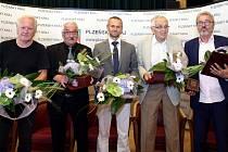 Do Dvorany slávy hejtmana Plzeňského kraje vstoupili (zleva) Oldřich Říha, Jaroslav Perlík, Martin Matějovič, Jiří Holenda a Bohuslav Ebermann