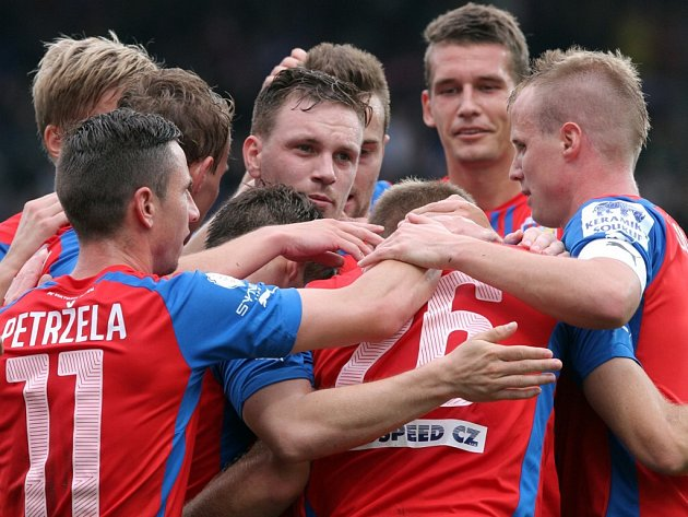 Fotbalisté Viktorie Plzeň se radují z výhry nad Mladou Boleslaví.