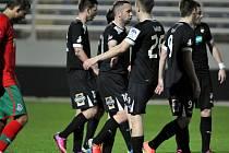 Fotbalisté Viktorie se radují z první branky v síti Lokomotivu Moskva