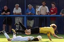 Soutěže  v regionu  pokračují o víkendu  dalšími  zápasy, a tak je  možné  těšit se na podobně ostré souboje,  jaký  na snímku z minulého kola  krajského přeboru předvádějí fotbalisté   Rapidu Plzeň a Touškova