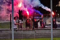 ZA PLOTEM. Na zápas dorazilo i několik fanoušků Viktorie, kteří celý zápas hlasitě povzbuzovali zpoza stadionu Plzeňanky a vítězství oslavili světlicemi.