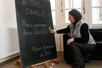 Všichni jsme Charlie.Také Francouzská aliance v Plzni vyjádřila soustrast  nad středeční tragédií. Plzeňané do aliance přicházeli a u malého pietního místa zapalovali svíčky