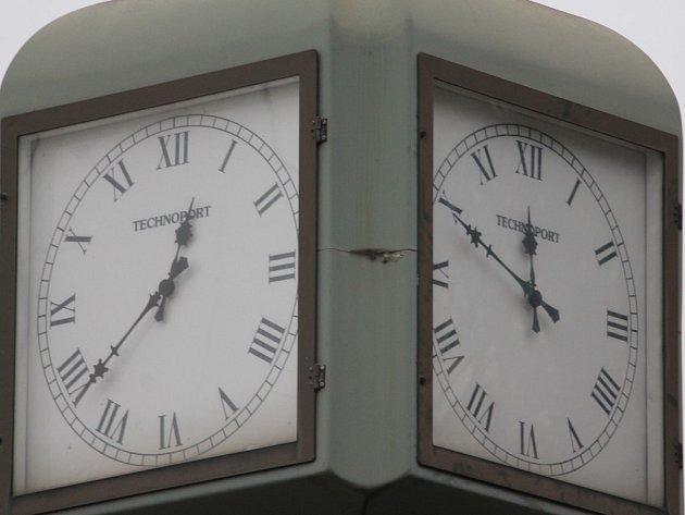 Více ciferníků, více časů? To platí pro hodiny na Americké třídě ...