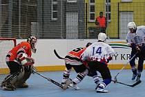 Vyrovnaný duel hokejbalistů rozhodly ve prospěch Tatranu Třemošná (na archivním snímku hráčiv oranžových dresech) až samostatné nájezdy.