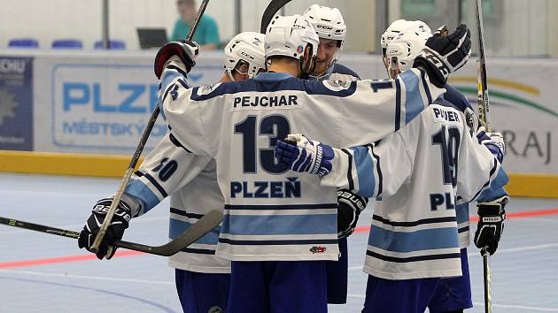 Třikrát se takto radovali hokejbalisté HBC Plzeň po vstřeleném gólu na hřišti v Hradci Králové, odkud si po tuhém boji odvezli zaslouženě tři body za výhru 3:1.