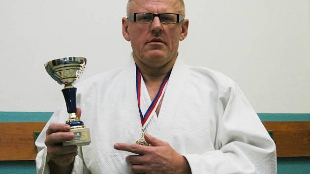 Sedmačtyřicetiletý Zdeněk Vlček z JC Plzeň se po letech vrátil na tatami. Profesí advokát vybojoval na MČR veteránů  zlatou medaili i pohár šampiona