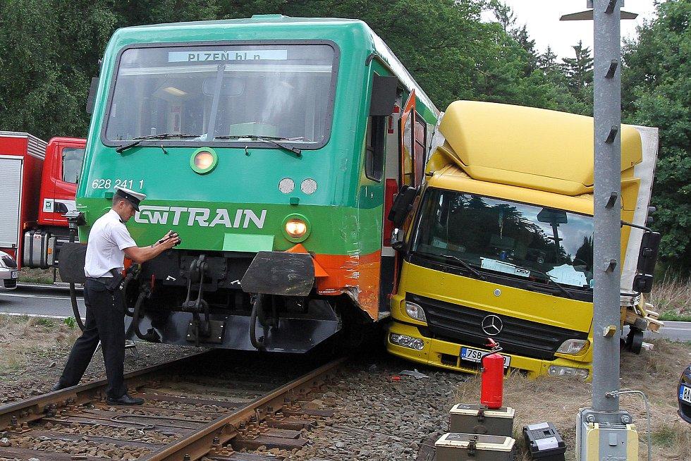 Nehoda nákladního auta a rychlíku společnosti GW Train Regio na trati Plzeň - Most se stala na železničním přejezdu nedaleko obce Kaznějov na severním Plzeňsku.