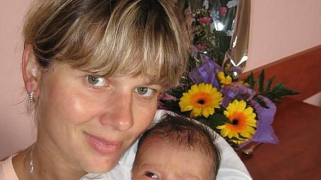 Jakub Bukl zTachova je fotbalistou a proto by byl rád, aby jeho prvorozená dcera Terezka (3,04 kg/48 cm), kterou porodila Šárka Lebedová 17. srpna sedmnáct minut před čtvrtou hodinou ranní ve FN vPlzni, byla jednou všestrannou sportovkyní