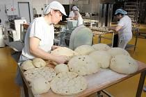 Pečení sladkostí v kaznějovském Pekařství Malionová