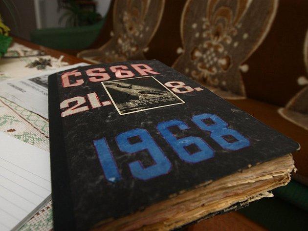 Sešit plný emocí. Černý sešit s titulem ČSSR – 21. 8. 1968 leží na stole svého majitele. Je plný novinových výstřižků z dobového tisku od srpna 1968 do října následujícího roku.