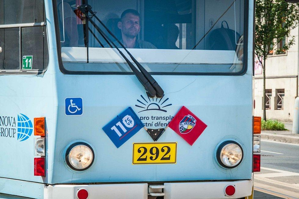Plzeňská Viktoria slaví 110 let. Tramvaje jezdí s vlajkami klubu