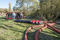 Plzeňští hasiči čerpají vodu z Radbuzy.