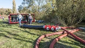 Hasiči čerpají vodu z Radbuzy