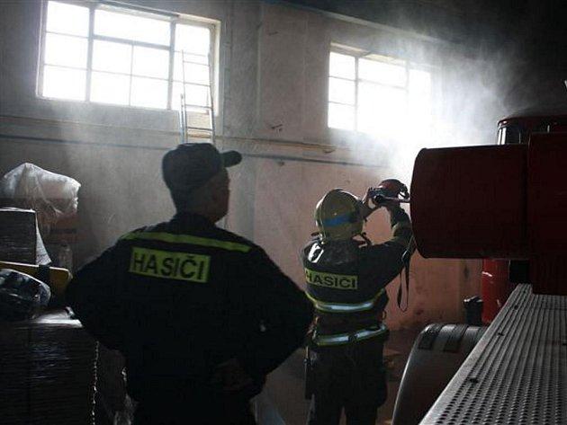 Požár v mezistřešních prostorech haly ve Zbůchu
