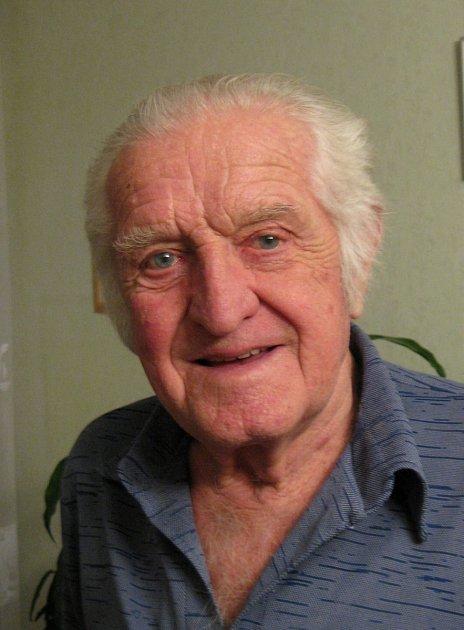 Jiří Rádl se narodil vPlzni-Doudlevcích 7.ledna 1928, vyrůstal uotce a prarodičů.
