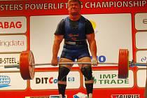 V kategorii 50 – 59 let ve váze do 120 kg vybojoval stříbrnou medaili český reprezentant Zoltán Kanát (na snímku úspěšně zvládl 300 kg v mrtvém tahu), který v trojboji navzpíral 850 kg a o pouhých 2,5 kg prohrál s Belgičan Collartem