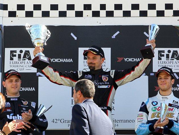 Pilot Petr Fulín na snímku uprostřed slaví vítězství v obou sicilských závodech i obhajobu prvenství v Evropském poháru cestovních vozů