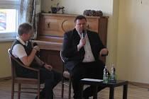 Václav Pach (vpravo) s moderátorem Stanislavem Juríkem