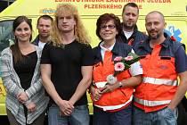 Na snímku vpředu Tomáš Sýkora s lékařkou Hanou Böhmovou (drží květinu) a operátorkou Pavlou Kozubíkovou. V pozadí další členové záchranného týmu.