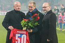 Trenér Viktorie Plzeň Roman Pivarník (uprostřed) oslavil den před prvním jarním zápasem padesátiny. Přímo na hřišti mu popřáli generální manažer klubu Adolf Šádek (vlevo) a majitel klubu Tomáš Paclík.