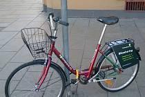 Bicykly jsou vybaveny košíkem a nosičem