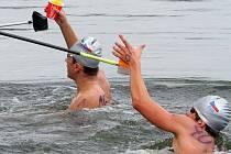 Uplavat deset kilometrů dá pořádně zabrat. Místo určené k doplnění tekutin a energie využívají závodníci brněnské Komety Vít Ingeduld (vlevo) a Ján Kútnik