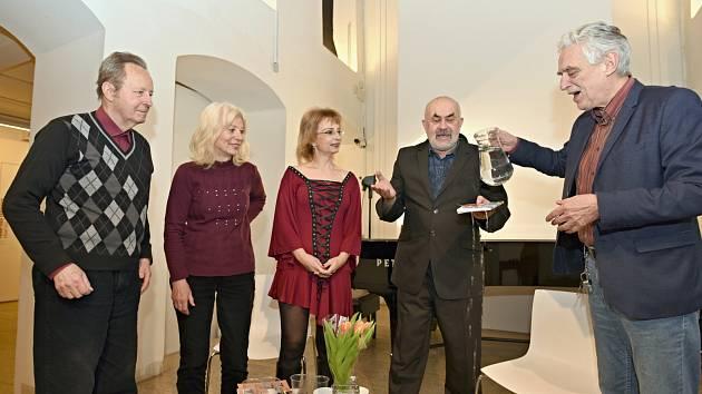 Knihu pokřtil Pavel Pavlovský (zleva rodiče, Peggy Kýrová, Jiří Hlobil, Pavel Pavlovský)