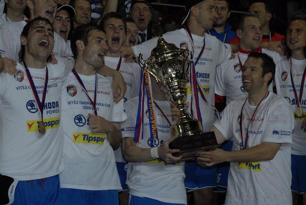 Ještě jednou Pavel Horváth s pohárem, spolu s ním se v popředí radují i Tomáš Rada a Jakub Navrátil.