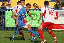 V 6. kole fotbalové divize se doubravecké Senco (v modrém) dočkalo první výhry. Na svém hřišti zdolalo Votice 2:1.